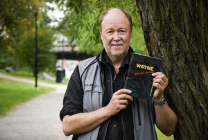 Olle Håkansson med första boken om Wayne. Nu har också uppföljaren kommit.