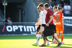 Martin Broberg går av skadad, tillsammans med Peter Brolin, mot AFC Eskilstuna i augusti. Foto: Bildbyrån