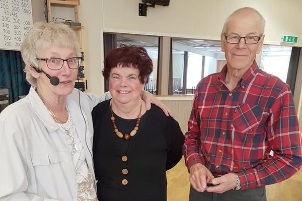 Anita Nordén gratulerade Dagmar Hedin och Per-Åke Persson som fick förtjänsttecken. Foto: Åke Nilsson