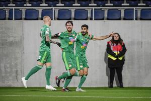 Ferhad Ayaz, längst till höger, jublar ihop med Robin Tranberg efter Dalkurds segermål mot ÖSK. Till vänster Adam Ståhl. Bild: Pontus Lundahl/TT