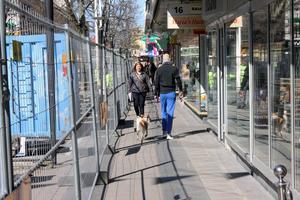 Gående får trängas längs butiksfasaderna. I juli kommer även trottoarerna att rivas upp. Då blir det separata ingångar till varje butik.