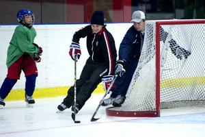 Många är de stjärnor som har gästat hockeyskolan – här exempelvis Mats Zuccarello. I år ska bland annat några Modospelare dyka upp och hjälpa till. Bild: Jennie Sundberg