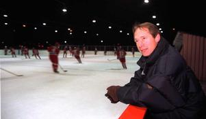 Inge Hammarström i en van position, rinkside för att kolla löften. Här under en match 1998. FOTO: GD ARKIV