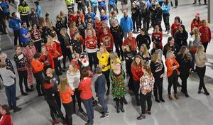 Många av de anställda valde att hoppa på tåget och klä sig i julkläder.