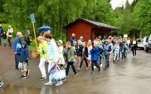 Kungsgårdsskolans elever marscherade ner i Säterdalen efter trumslagare och fanbärare.