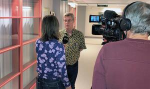 Intresset var stort för utredningen kring Rasha Mkahels död. Här intervjuas chefläkare René Bangshöj av SVT:s reporter.