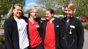 Marie Turesson, Mikaela Wintherhamre, Sara Andersson och Hannah Nummela som alla jobbar på hemtjänst söder trivs superbra på jobbet. Foto: Heby kommun