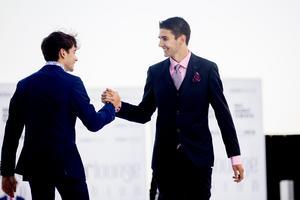 Esteban Ocon (t h)  och  Charles Leclerc avlöste varandra på catwalken.
