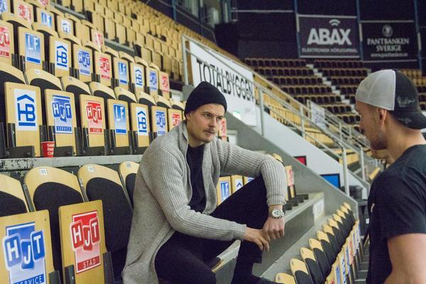 Niclas Lehmann på läktaren under sitt första besök hos laget efter tacklingen som sannolikt släckte hans säsong.