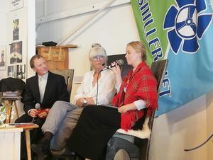 Lisa Hansson i samtal med Bertil Sivertsson som föreställde samefotografen Nils Thomasson och Jorun Itzigehl som hans syster sångerskan Lisa Thomasson. Foto: Arne Nilsson