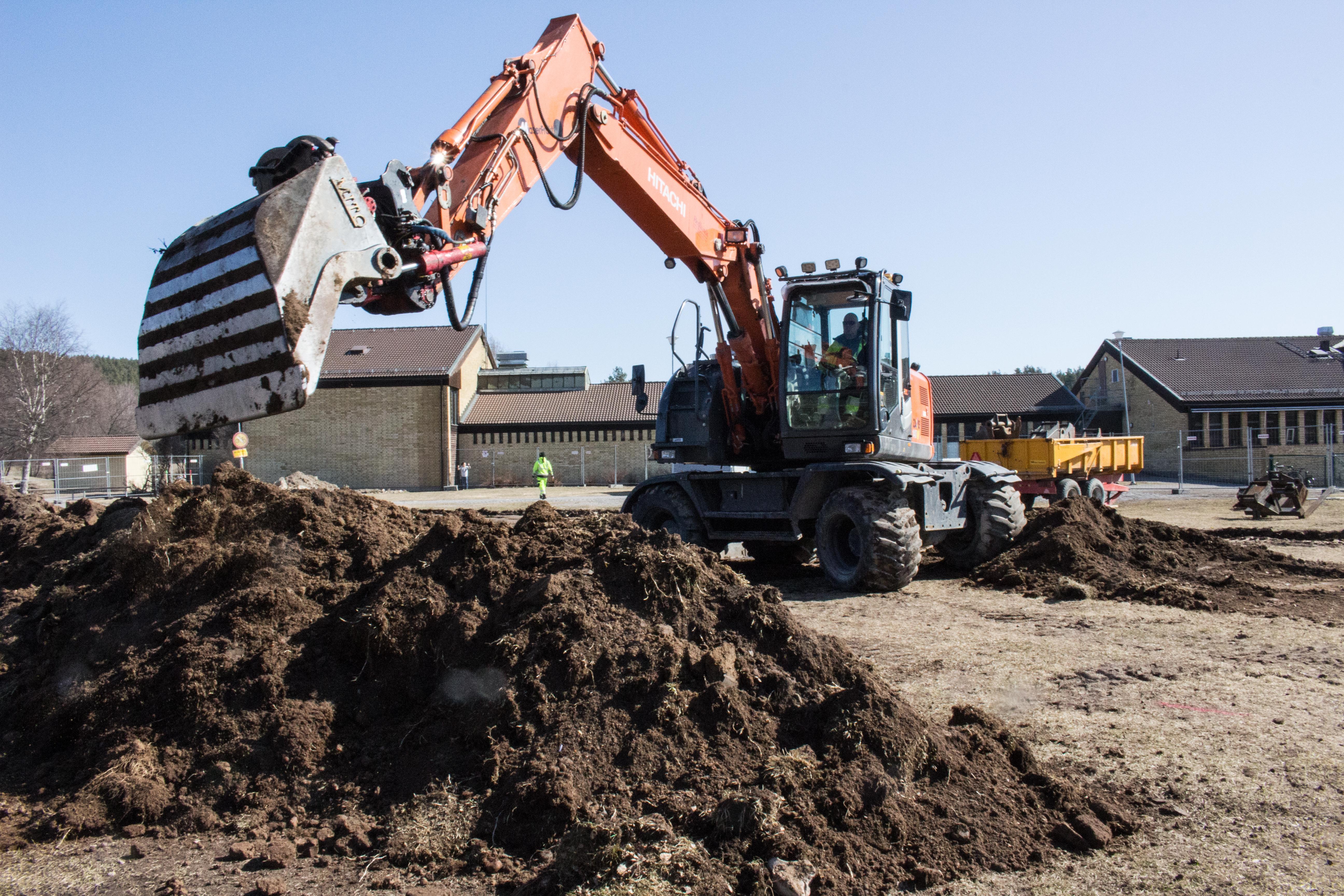Just nu pågår grävarbete utanför Tegelbruksskolan. En ny modul med sex arbetsrum för särskolan ska upp.