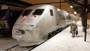 Bland annat hjulen tar stryk av snön och isen med följden att de måste svarvas om. SJ:s verkstäder har tagit in mer resurser för att försöka snabba på reparationerna.