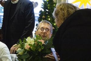 Arne Jonsson uppvaktas med blommor på sin 100-årsdag.