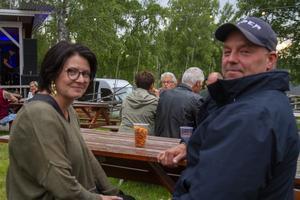 Malin och Patrik Pålsson från Delsbo. Barnfria för en kväll passar de på att avnjuta livemusik.