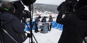 Två kameramän styr över tre kameror i SVT:s studio ovanpå läktaren.