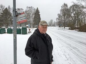 Gösta Berglund står vid busshållsplatsen intill Karlfeldtsgården I Karlbo. En av de hållplatser som han vill ska ha en busskur.