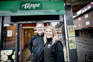 Mikael Olofsson och Petra Hillblom driver Tempobutiken som gjort att tillväxten i centrum stigit.