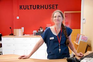 Bibliotekschefen Elisabeth Oliw har förankrat hos sin chef att Kulturhuset ska hålla öppet.