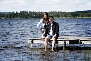 Agneta Olzzon och Peter Grundström hemma på bryggan intill nyinköpta villan.