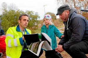 Så här ska det bli. Stadsträdgårdsmästare Arne Tschentscher visar Stella Hallor, 4,5 år, och pappa Rickard som bor på Stensnäs några av förslagen till den nya lekplatsen.