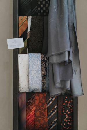 Även om huvudfokus är festklänningar ingår också slipsar och en nyligen släppt prêt à porter-linje, vilket innebär att den är färdigsydd.
