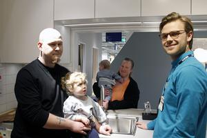 Pontus Ufer med dottern Ängla och Sara Larsson med sonen Leo talar med Bo kloks säljare Hampus Swederus.