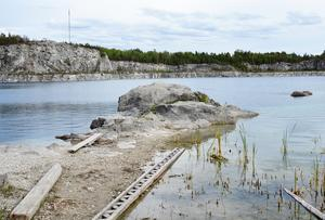 Utsikt över kalkbrottets klarsjö. Foto: Sam Westerholm