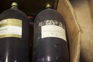 Essensflaskor liger travade i kartonger, lådor som Cloetta lämnade kvar när de utrymde lokalerna.