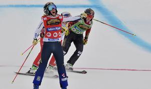 Sandra Näslund på sträcker armen i luften efter sin tredje världscupseger för säsongen.