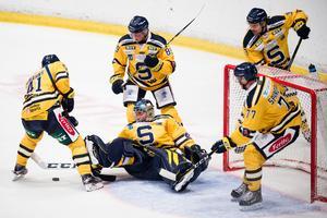 SSK försöker få ordning på pucken i en hockeyallsvensk match. Foto: Bildbyrån.