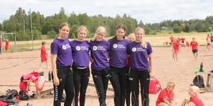 Ida Johansson, Linnea Näslund, Felicia Ersson, Tindra Hedlöf och Meja Wirgin leder handbollscampet.