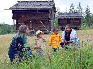 Frida Davidsson och Paola Ryttar tycker att miljön på Solsheden är fantastisk för barn – och Didrik och Sion tycks inte ha några invändningar.