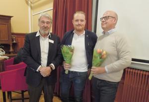 På bilden ser vi vice ordförande Martin Rolén som överlämnat tulpaner till Niklas Daoson och Bosse Svensson. Foto: Sven Olof Andersson