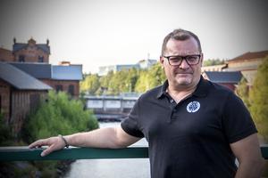 Magnus Sundquist är även utbildad TV-fotograf och redigerare, vilket han bland annat jobbat med på TV4 i Östergötland.