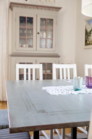 Hemmet går i vitt, grått och grönt, med accentfärger. Skåpet och bordet har Hanna fått av sina generösa föräldrar.