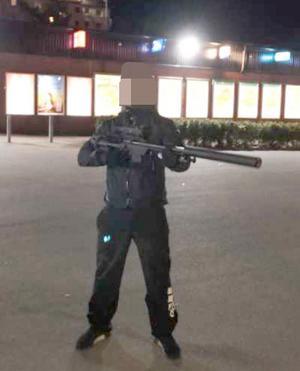 Bilden från polisens förundersökning visar hur elevassistenten poserar med ett vapen. En replika, enligt insändarskribenten.