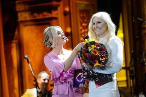 Solvei Envall, vinnare av Årets Eldsjäl Integration, tar emot pris från Ida Björnstad under Eldsjälsgalan 2019 i Stockholm. Foto: Simon Hastegård, Bildbyrån