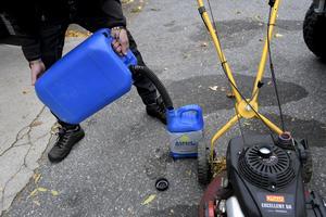 Många gräsklippare har bensin som drivmedel.