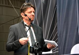 Journalisten Pierre Ragnehag ställde frågor till pjäsens kulturminister under framförandet av Presskonferensen.