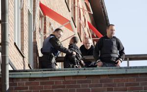 Här griper polisen bankrånaren på takterrassen. Bild: Arkiv