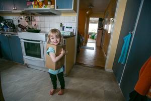 Melina i den robodräkt av kartong som pappa Johan gjort till henne.