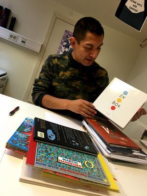 I sin undervisning tar han upp både svenska och utländska bilderböcker – oftare det senare.
