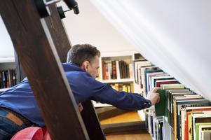 Henrik Montgomery/TTFör att lära sig genren har David Lagercrantz plöjt mänger med spänningsromaner, vilket har fått honom att utveckla en allergi mot genrens många klichéer.