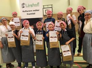 Eleverna på Knåda skola bakade glatt tunnbröd i gympasalen under ledning av Margareta och Margaretha!