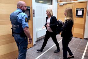 Åklagarna Christina Edlund Nilsson och Marlene Forsman på väg in till rättegången som bland annat handlar om grov misshandel och olaga frihetsberövande.