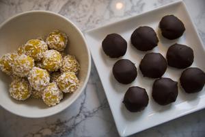 Saffran- och kokosbollar och saffran- och kardemummabiskvier .
