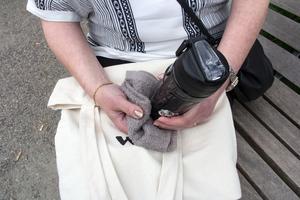 Maria Ahlgren går aldrig ut utan en handduk att torka svetten med och vattenflaska för att fylla på den vätska hon förlorar. Dessutom har hon ofta med sig ombyte eftersom svetten rinner ner under kläderna och gör dem våta.