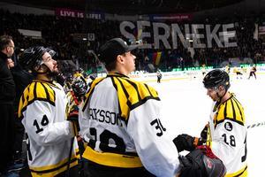 Brynäs Johan Alcén , utbytte Joacim Eriksson och Anton Rödin deppar i båset. Foto: Bildbyrån