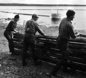 I Storsjön slutade man med flottningen 1969. Tre av de sista och som jobbade med att samla ihop överblivet timmer på stränderna var Anders Wahlén, Nils Eriksson och Olle Olsson.