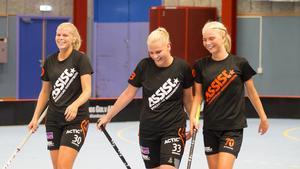 Sofia Olander, Jennifer Lindholm, och Jonna Sjöberg firade efter ett mål.